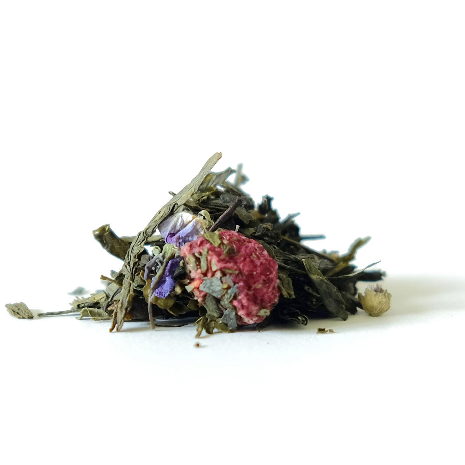 Feuilles de thé vert avec pétales de violettes et morceaux de framboise